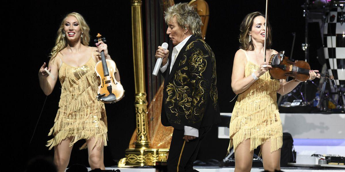 Wedding crasher Rod Stewart sings at couple's Las Vegas nuptials