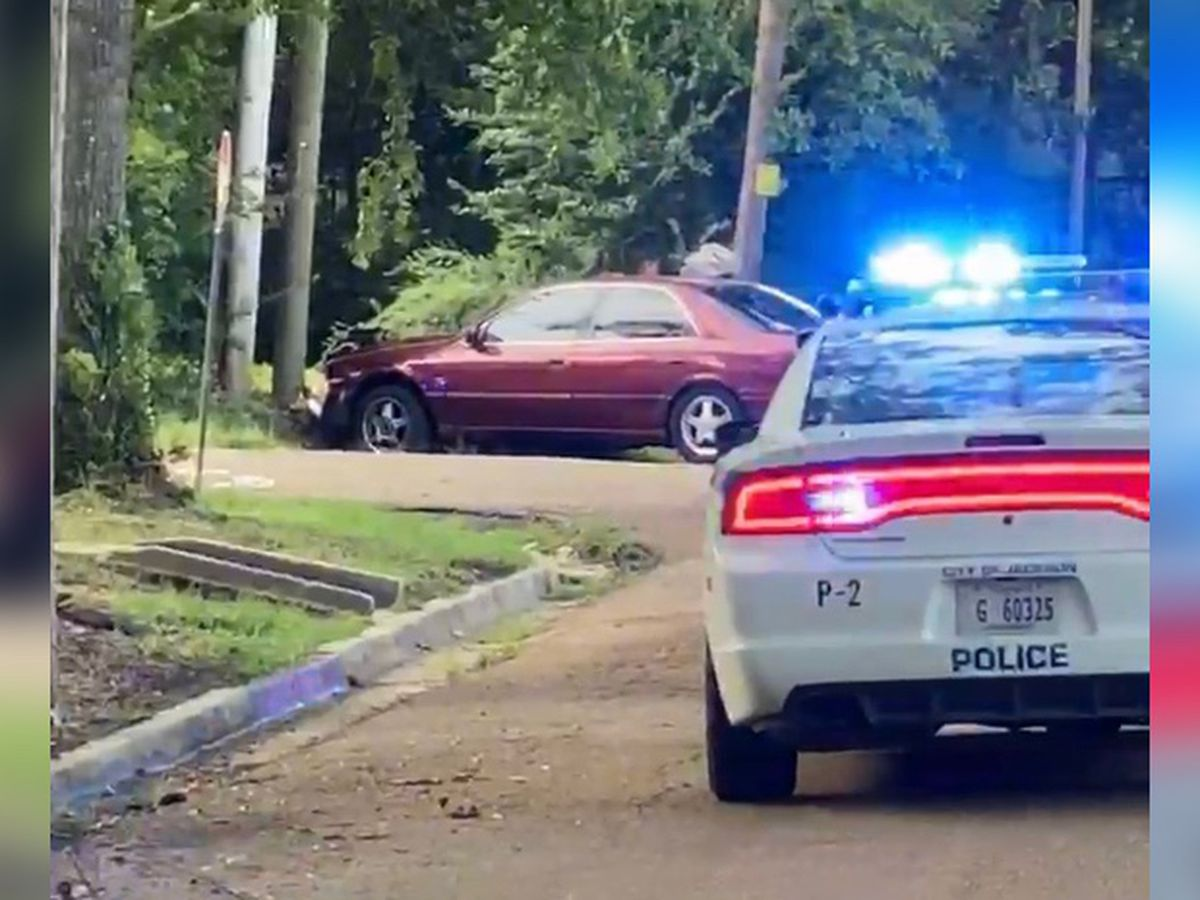 2 arrested, 1 on the run after car chase ends in Jackson