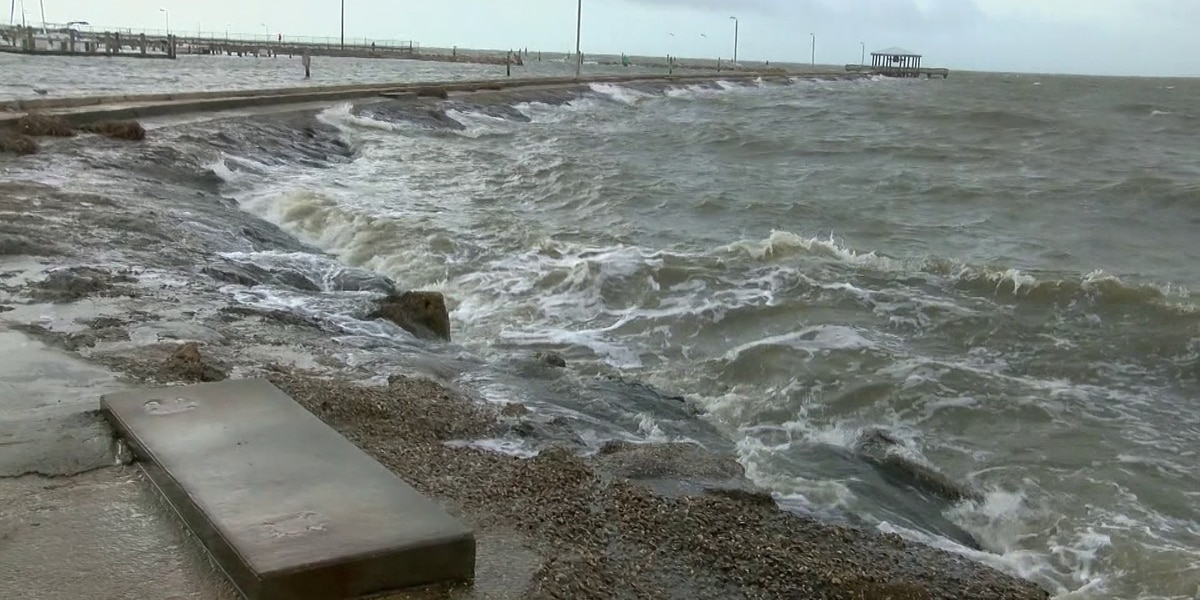 High winds as storm moves inland on Miss. coast