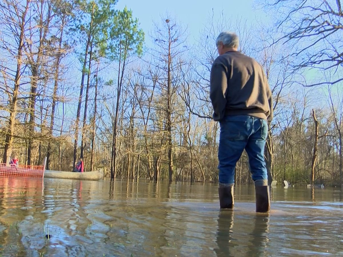 'You can either fight Mother Nature or join in': North Jackson family impacted by rising Pearl River
