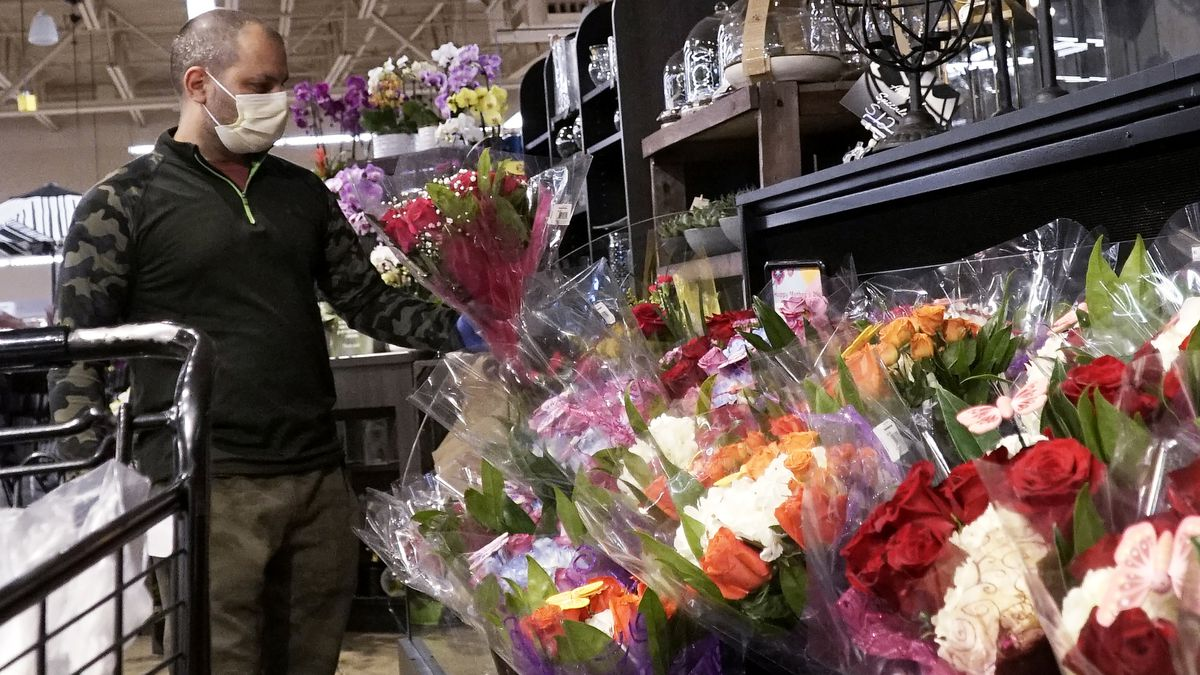 Shoppers plan to spend average of $220 on mom this year, retailers say