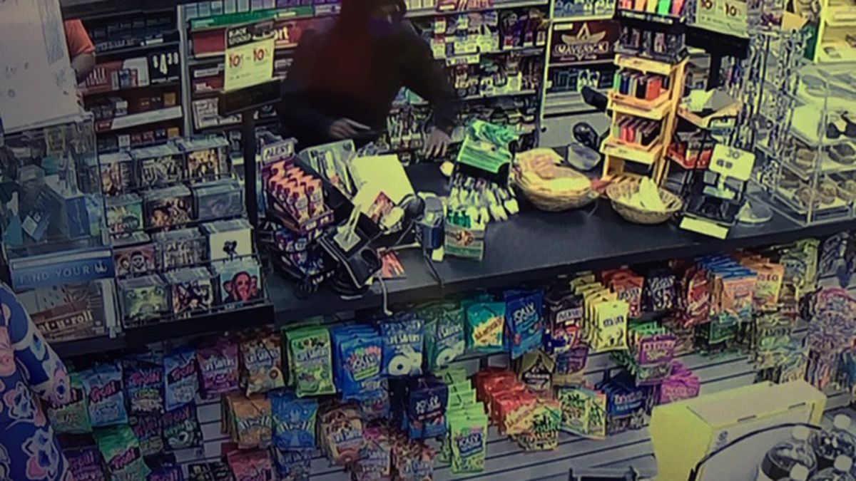 Group of armed men rob two Jackson gas stations