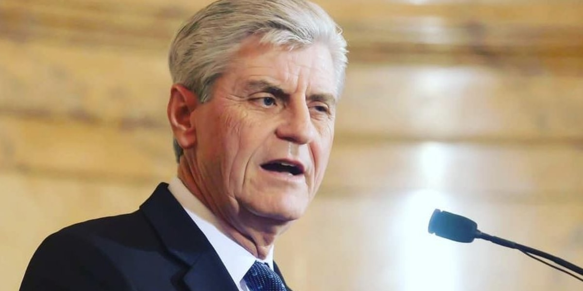 Gov. Bryant tweets statement regarding photo of armed students at Emmett Till sign
