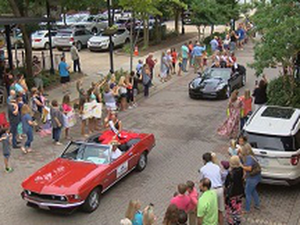 Miss Mississippi contestants are all smiles during annual parade in Vicksburg