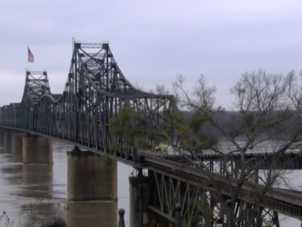 Barge strikes Miss. River bridge in Vicksburg