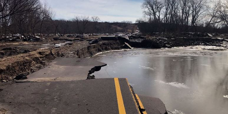 More evacuations in Midwest as floodwaters breach levees