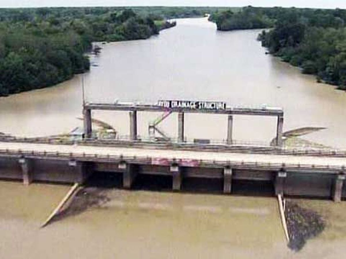 Vicksburg District opens Steele Bayou Control Structure gates