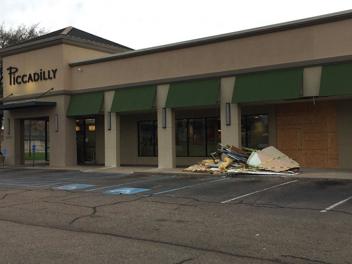 Car crashes into Jackson restaurant
