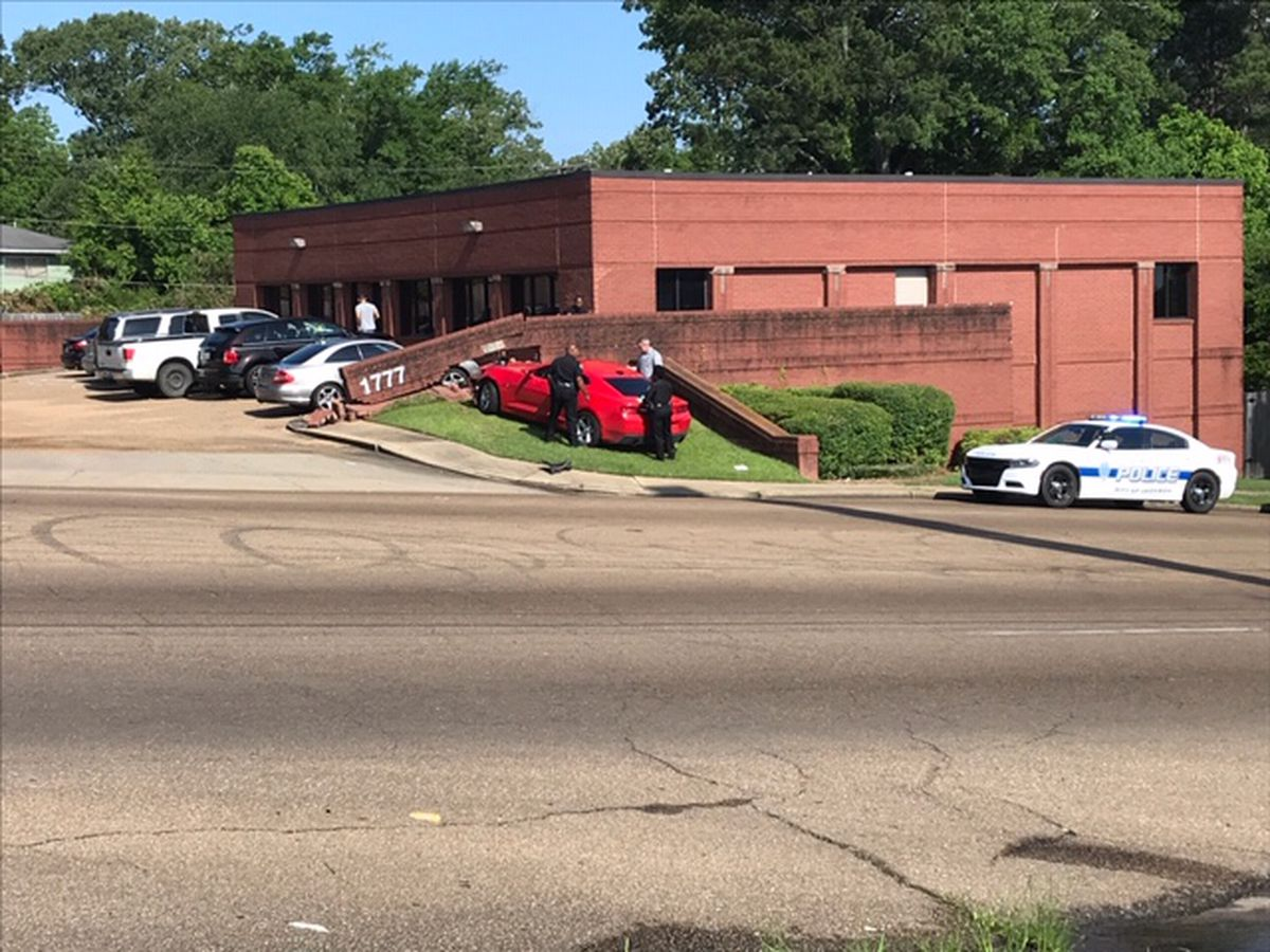 Car crashes into MEA clinic on Ellis Ave.